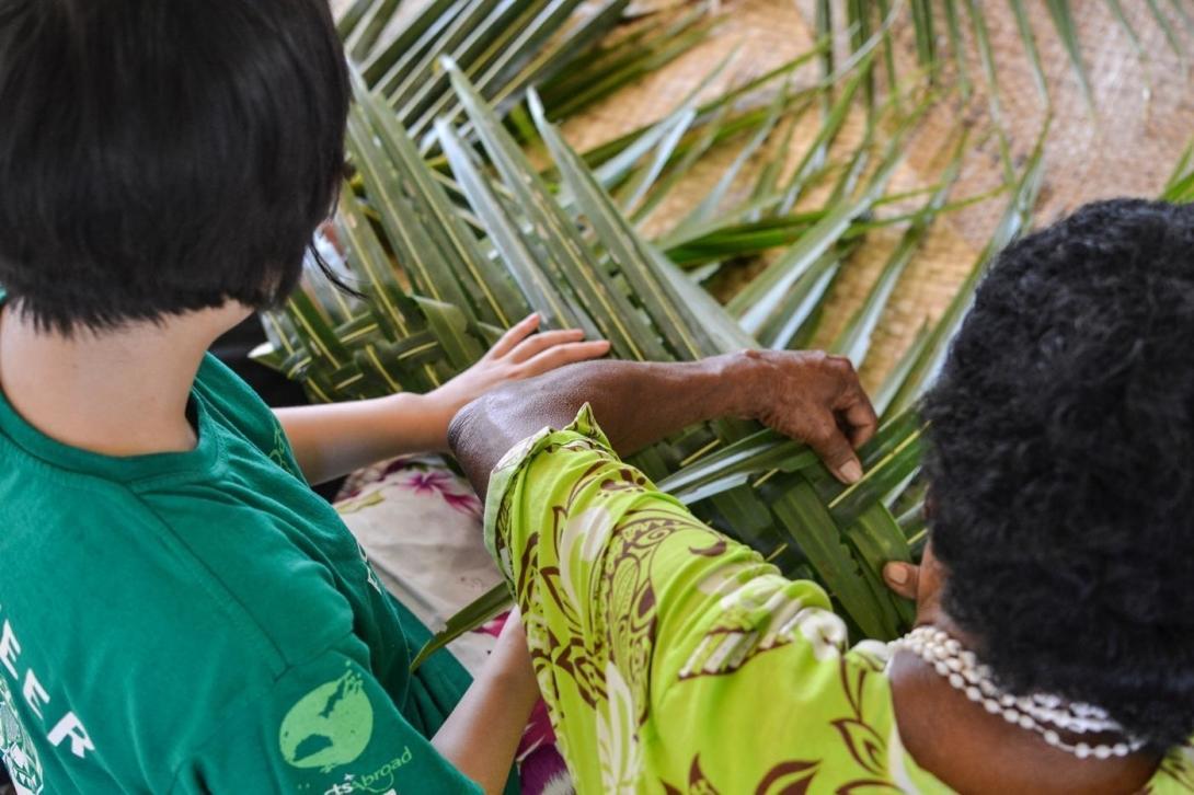 フィジーで伝統の編み物を習う日本人ボランティア